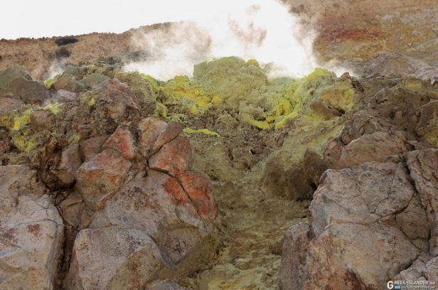 Фумарола у кратера Поливотис