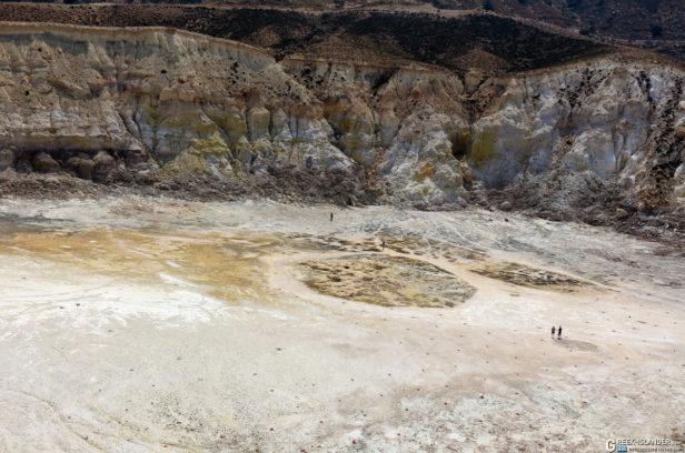 Туристы в кратере